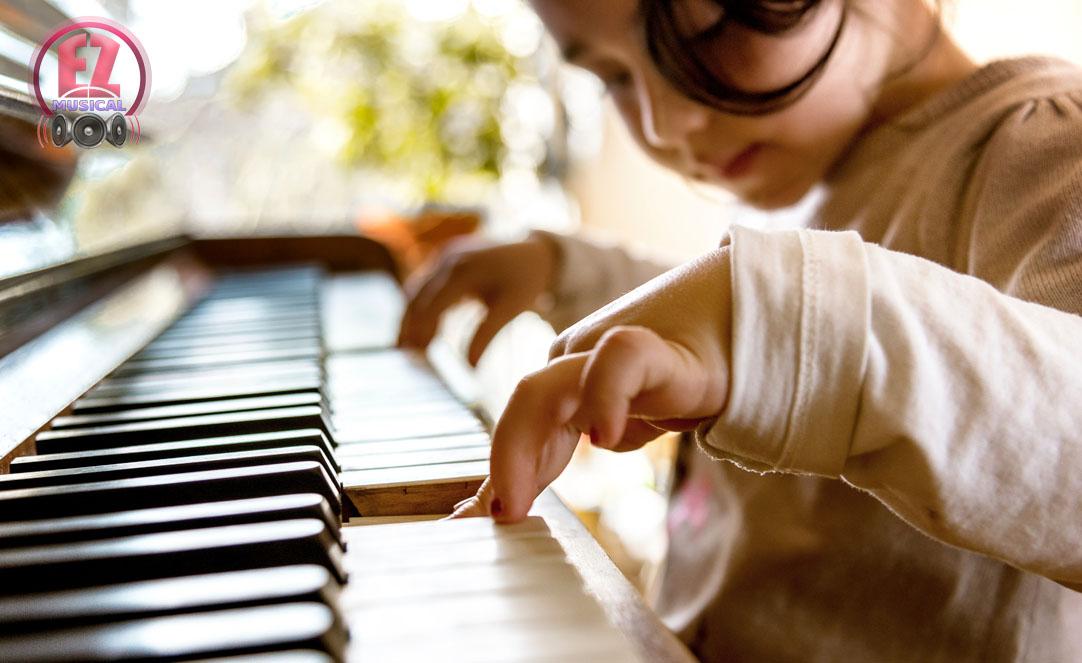 cute little girl بهترین روش های آموزش موسیقی به کودکان (۳ ۹ ساله)