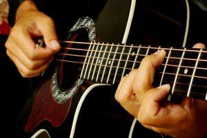 guitar hurdles 300x201 ۲۰ تمرین کاربردی در نوازندگی (به قلم اساتید)